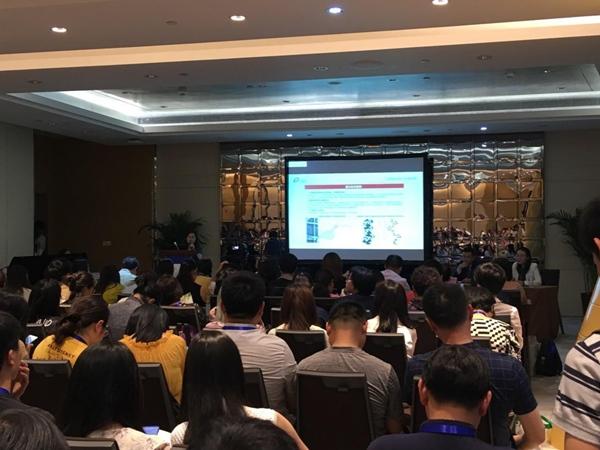 会议上,雷静总监对Ⅲ类胶原贴进行产品介绍