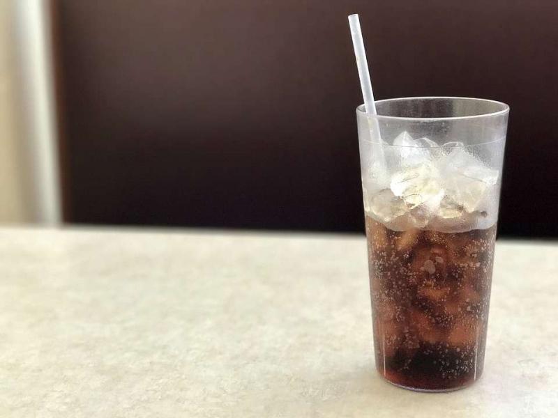 可乐的酸碱性碳酸饮料对人体的危害